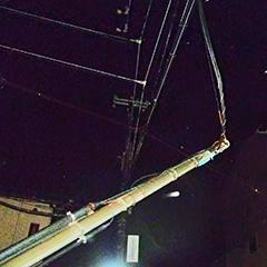 写真 まるで宙づりの電柱
