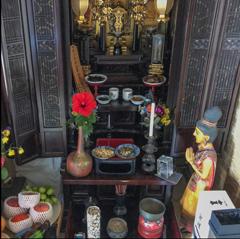 写真 仏壇にハイビスカスを